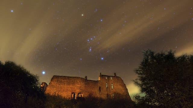 Wintersternhimmel über der Burgruine Freudenburg