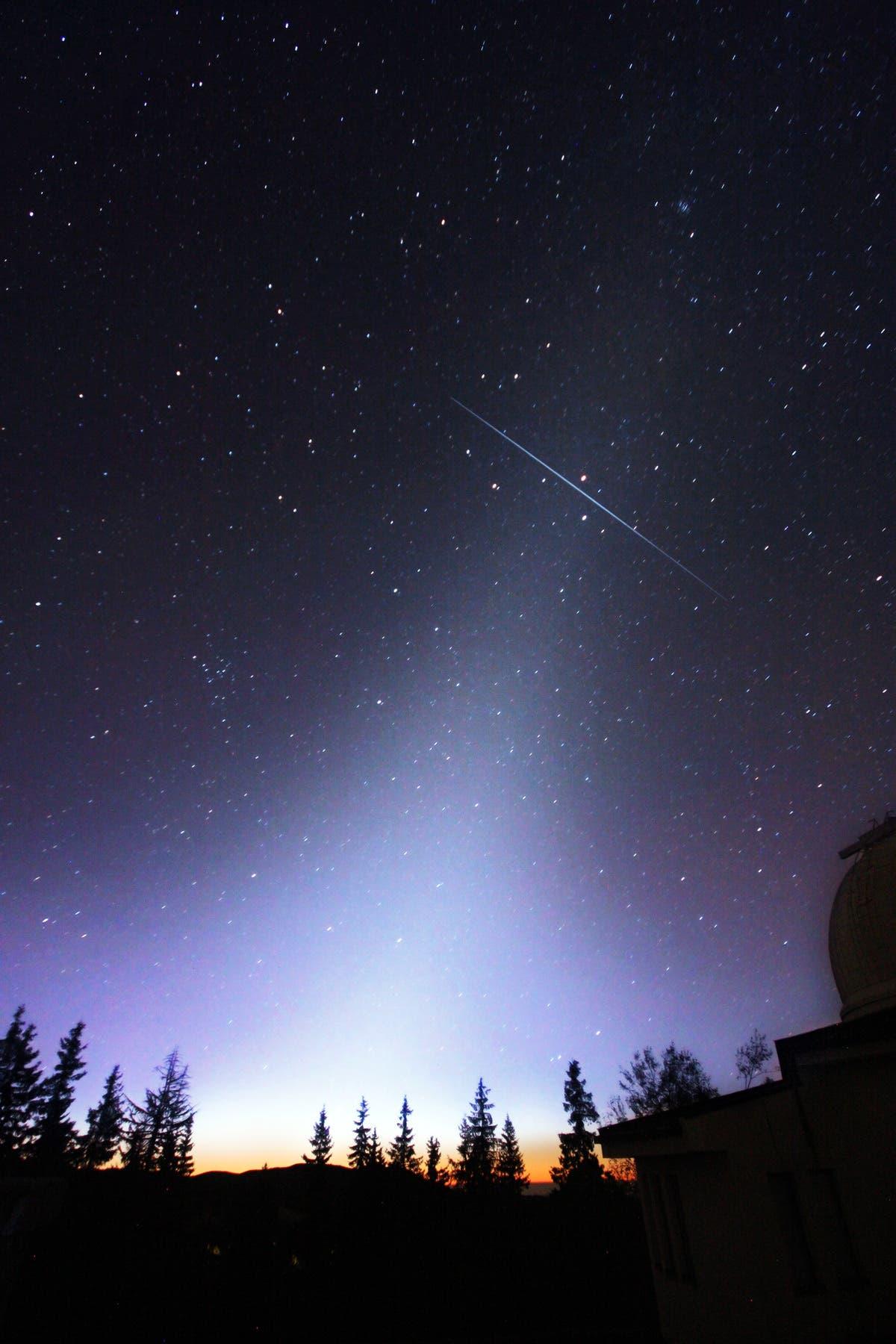 Heller Meteor im Zodiakallicht zwischen Regulus und Mars