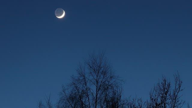 Aschgrauer Mond am Abendhimmel über Uelzen