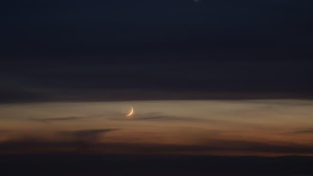 Mondsichel bei Venus am Abendhimmel über Uelzen