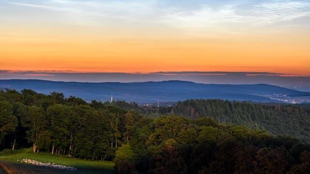 Leuchtende Nachtwolken über Schmitten im Taunus
