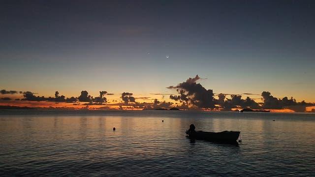 Sonnenuntergang auf den Seychellen mit Merkur, Venus und Mond