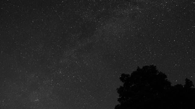 Milchstraße und Andromeda-Galaxie in Schwarzweiß