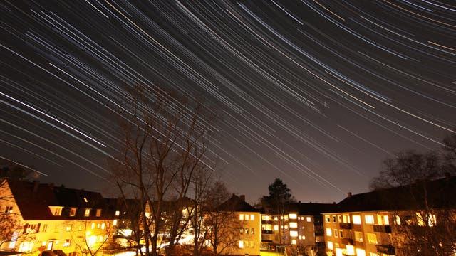 Spuren der Sterne am Himmel über Hannover
