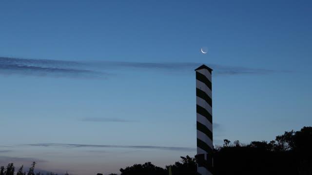Schmale Mondsichel über dem nordwestlichsten Punkt Deutschland