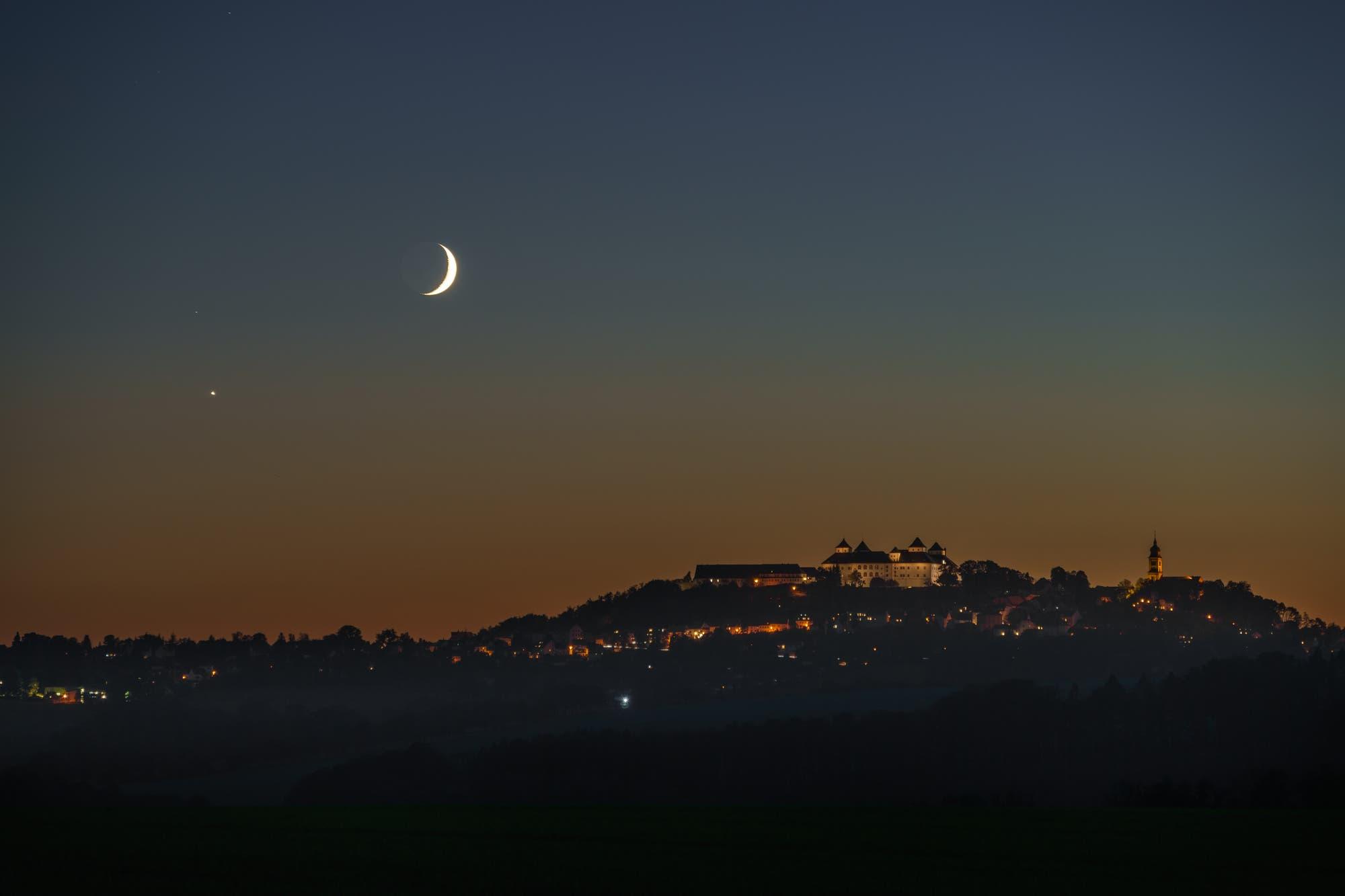 Mond und Venus über der Augustusburg