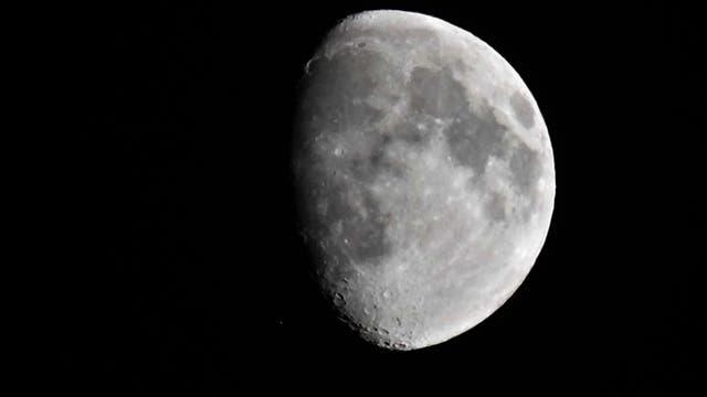 Mond und Satellit im Transfer