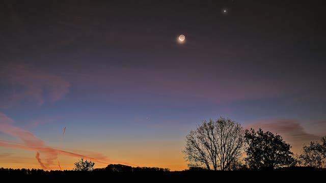 Mond, Venus, Spika und Merkur im Lichtspiel der Morgendämmerung