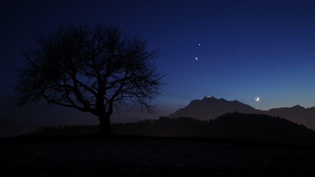 Jupiter, Venus und Mondsichel vor dem Pilatus