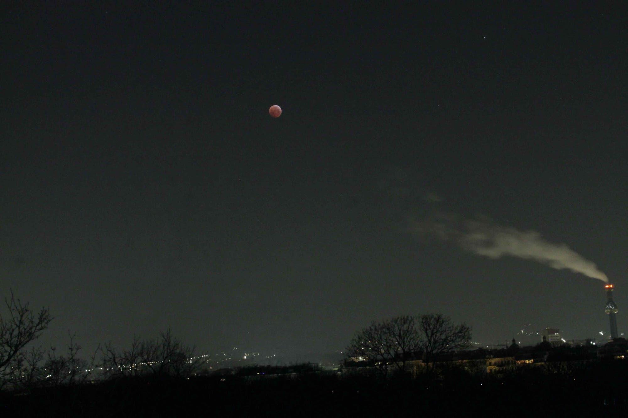 Mondfinsternis über dem Hundertwasser-Fernheizwerk in Wien