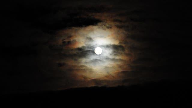 Halbschatten Mondfinsternis zwischen Wolken