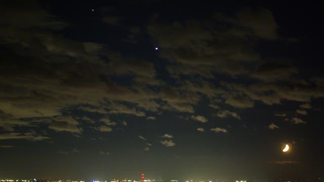 Mond und die Riesenplaneten Jupiter und Saturn am Abendhimmel