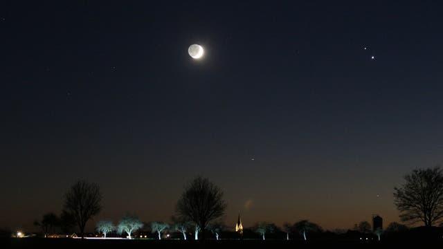 Treffen von Jupiter, Saturn und zunehmenden Mond
