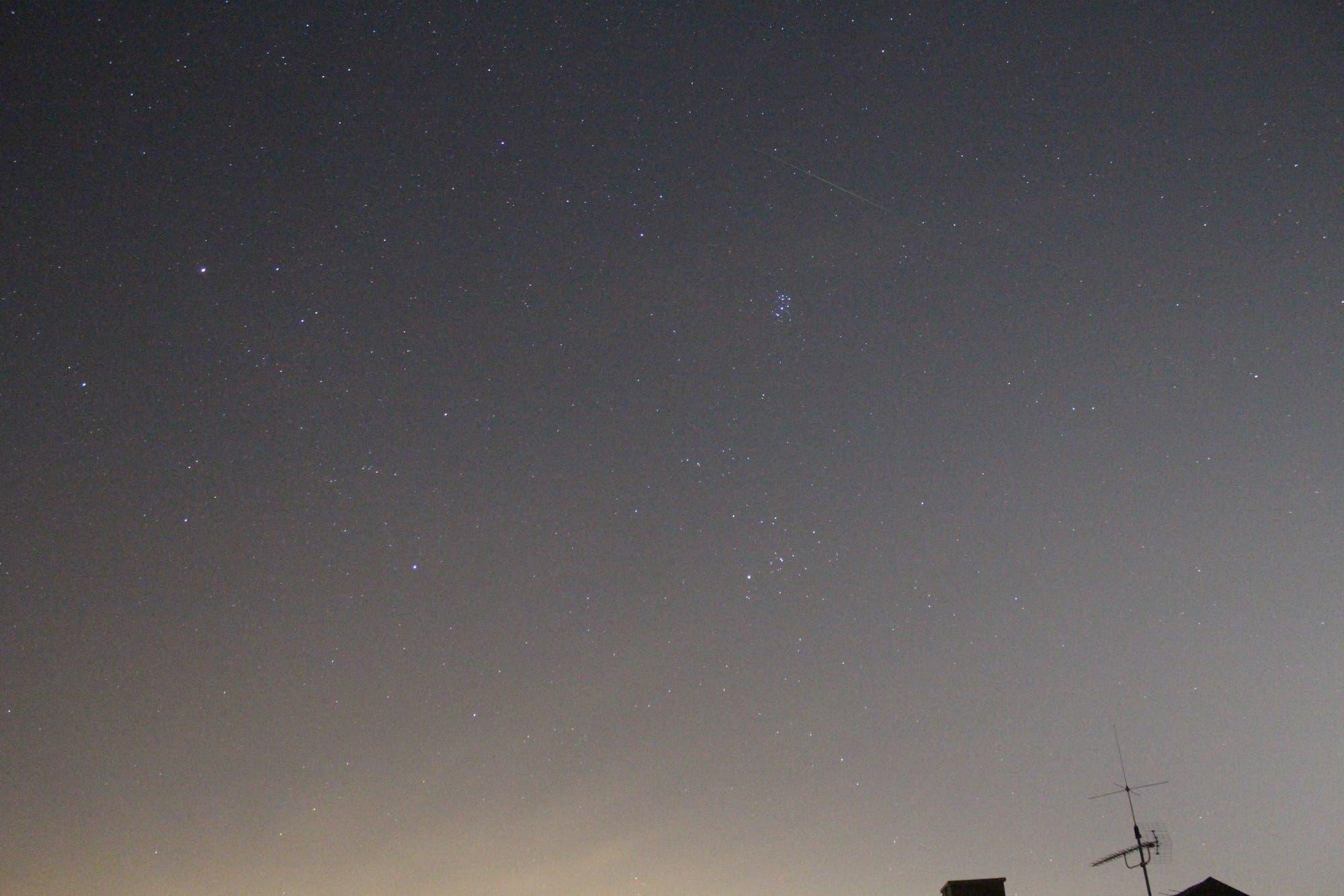 Sternschnuppe zwischen den Sternbildern Widder und Stier