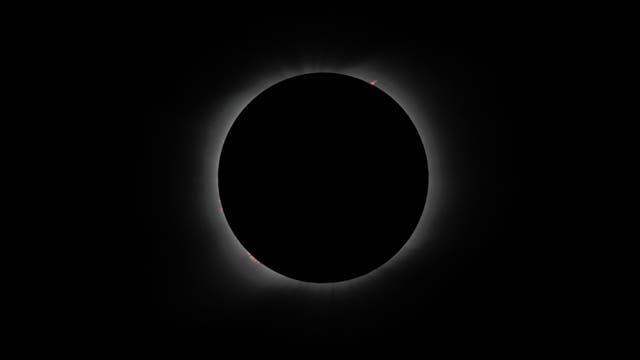 totale Sonnenfinsternis mit Protuberanzen