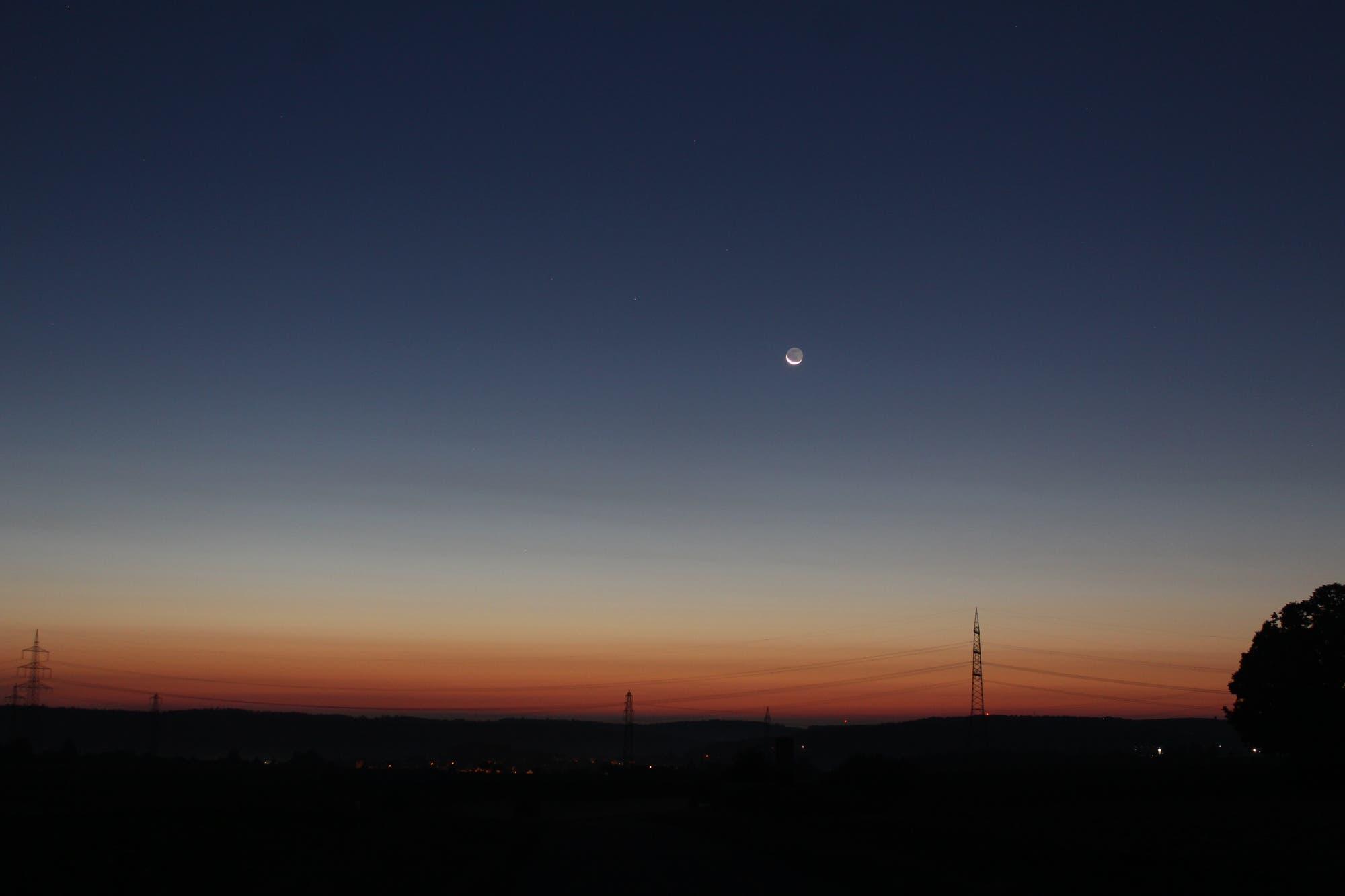Abnehmender Mond in der Morgendämmerung