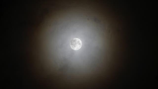 Mond mit farbigem Ring
