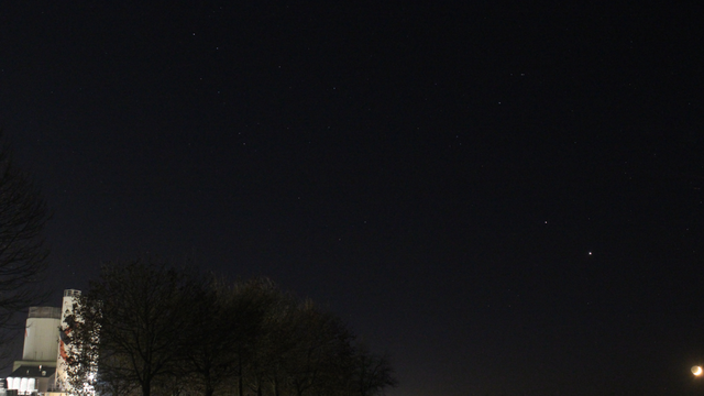 Mond, Jupiter und Saturn am Abendhimmel