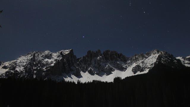 Vollmondnacht am Karersee in den Dolomiten