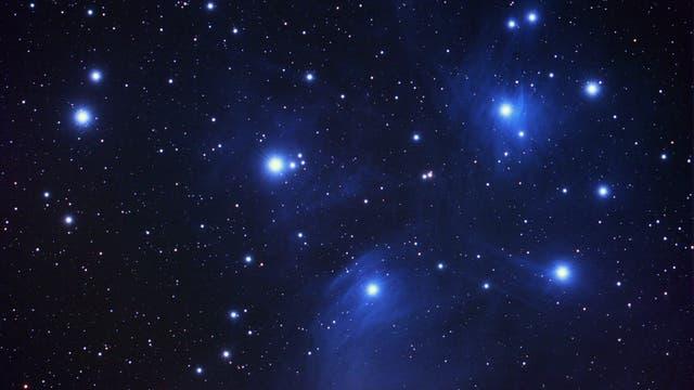 Plejaden mit drei Asteroiden