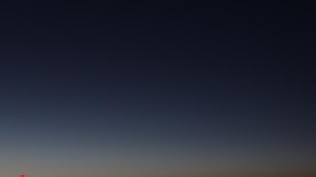 Merkur (mit Pfeil markiert) und Venus in der Morgendämmerung