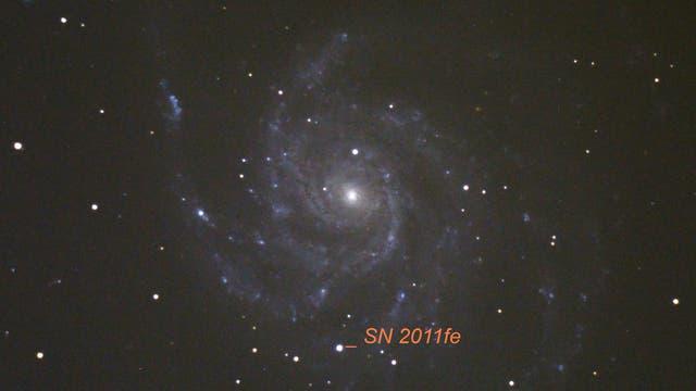 Supernova SN2011fe mit 11,5 mag und Feuerradgalaxie