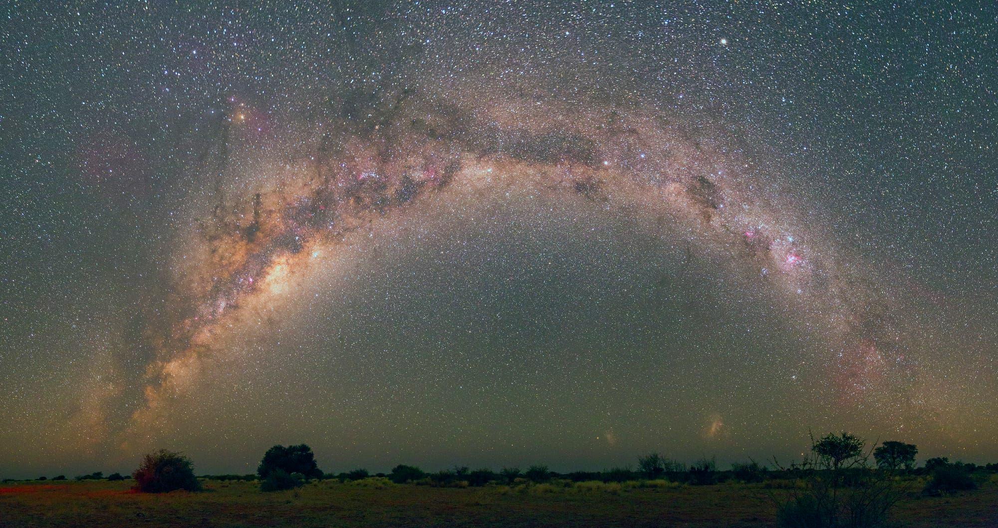 Milchstraßen-Bogen über der Kalahariwüste
