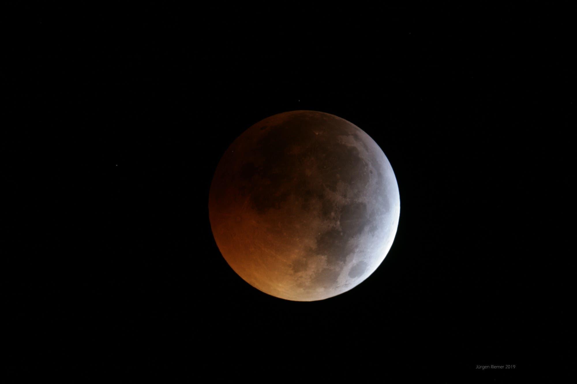 Mondfinsternis mit Meteoriteneinschlag