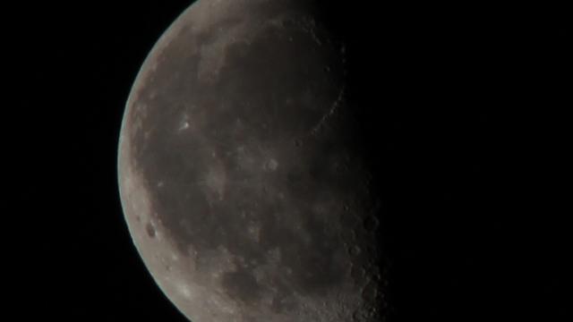 Der Mond sieben Tage nach der Mondfinsternis
