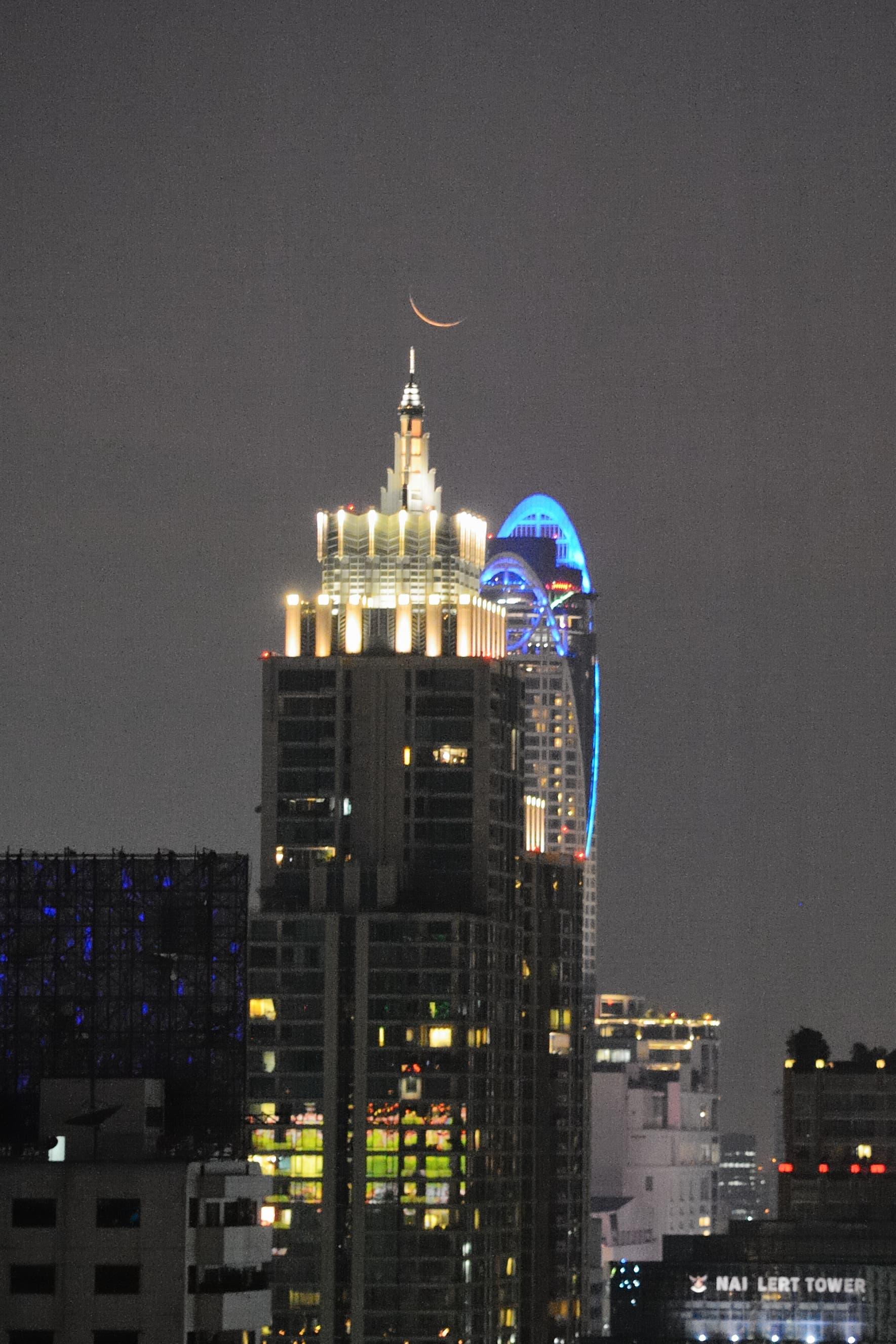 Schmale Mondsichel über Bangkok 1