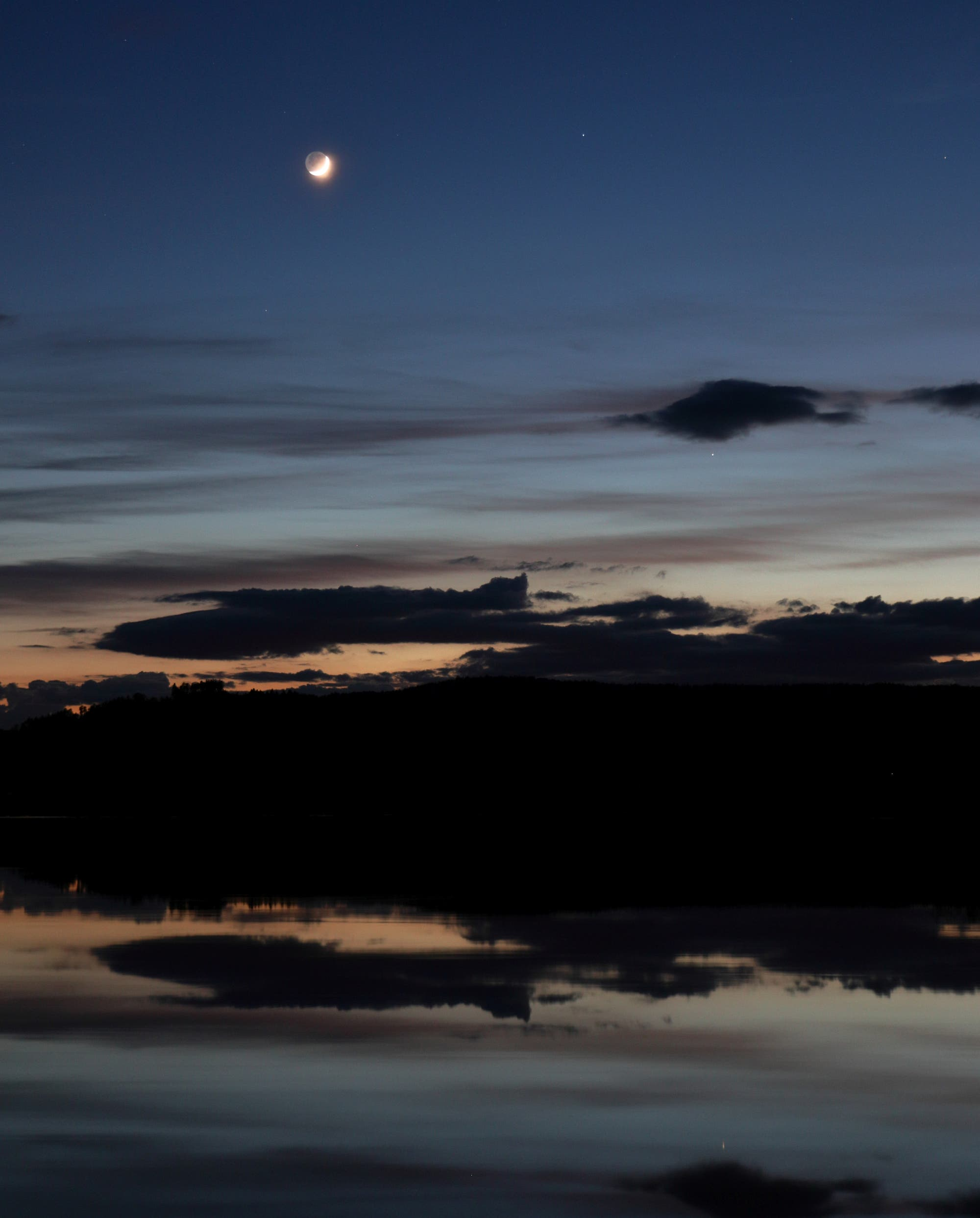 Mond mit Erdschein und Merkur mit Spiegelbild im Inn-Stausee