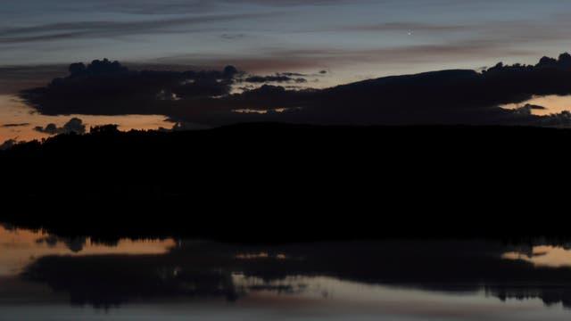 Mond und Merkur mit ihren Spiegelbildern im Inn-Stausee
