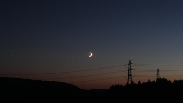 Mond und Venus in der Abenddämmerung - fotografiert mit mittlerer Brennweite