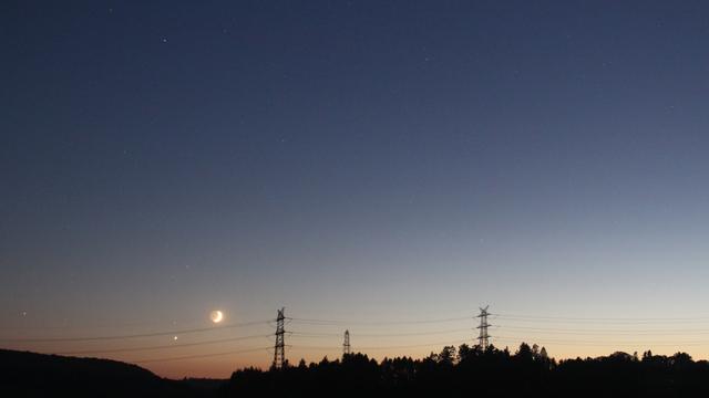 Mond und Venus in der Abenddämmerung - fotografiert mit kurzer Brennweite