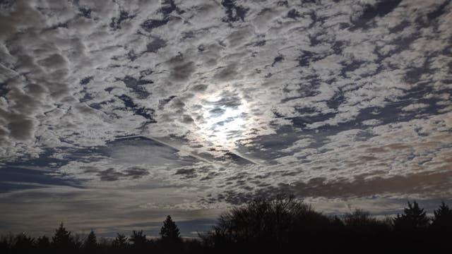 Mond und Stratokumulus-Bewölkung