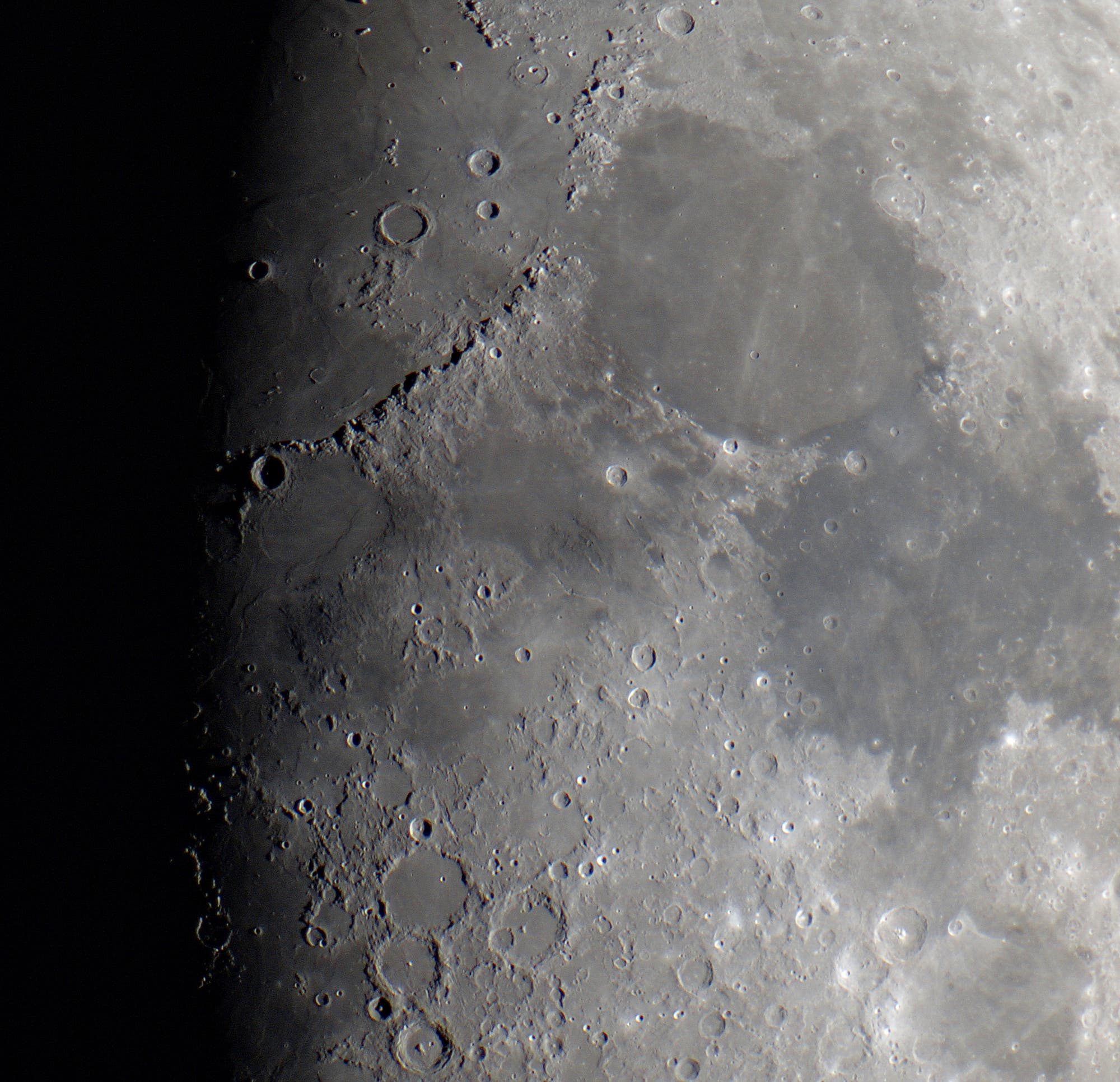 Der acht Tage alte Mond in leichten Farben.