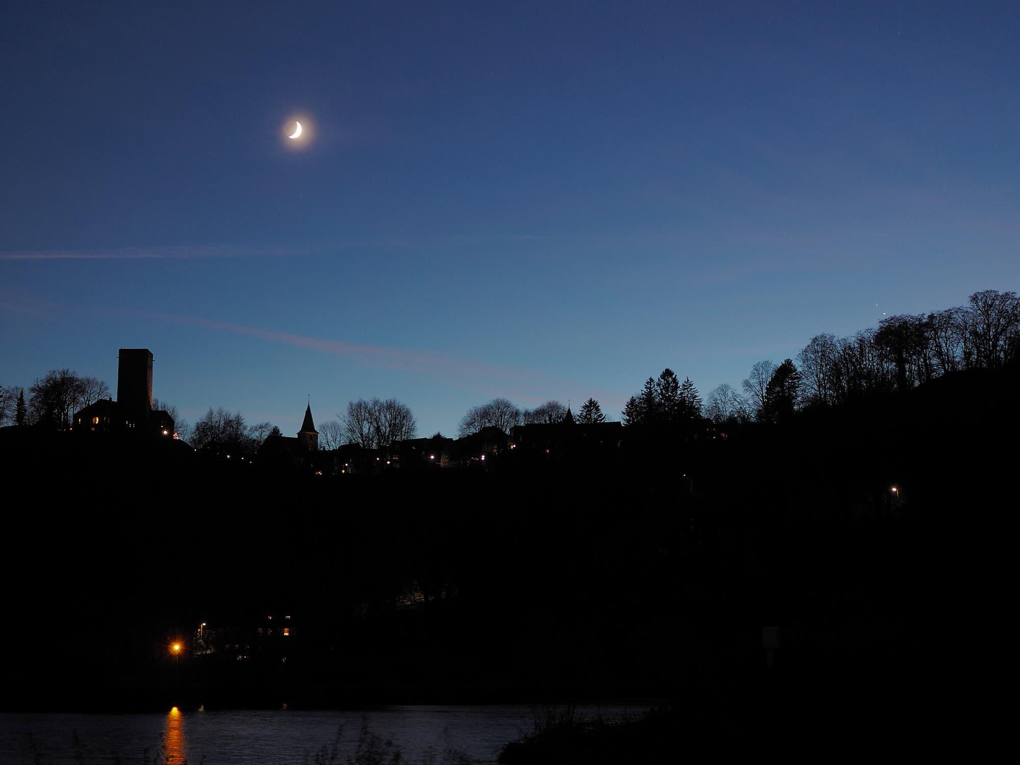 Jupiter und Saturn treffen die Mondsichel