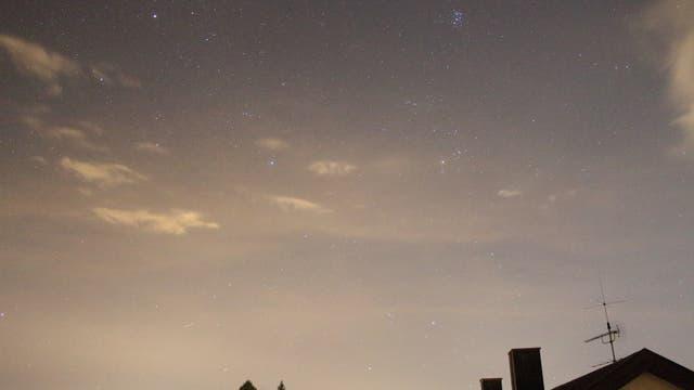 Schwacher Meteor zwischen Plejaden und Fuhrmann