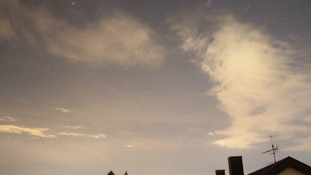 Meteor zwischen Plejaden und Xi Tauri