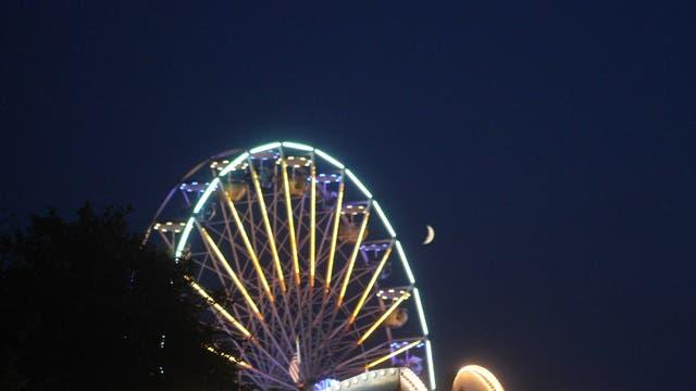 Mond mit Riesenrad auf dem Speyerer Brezelfest