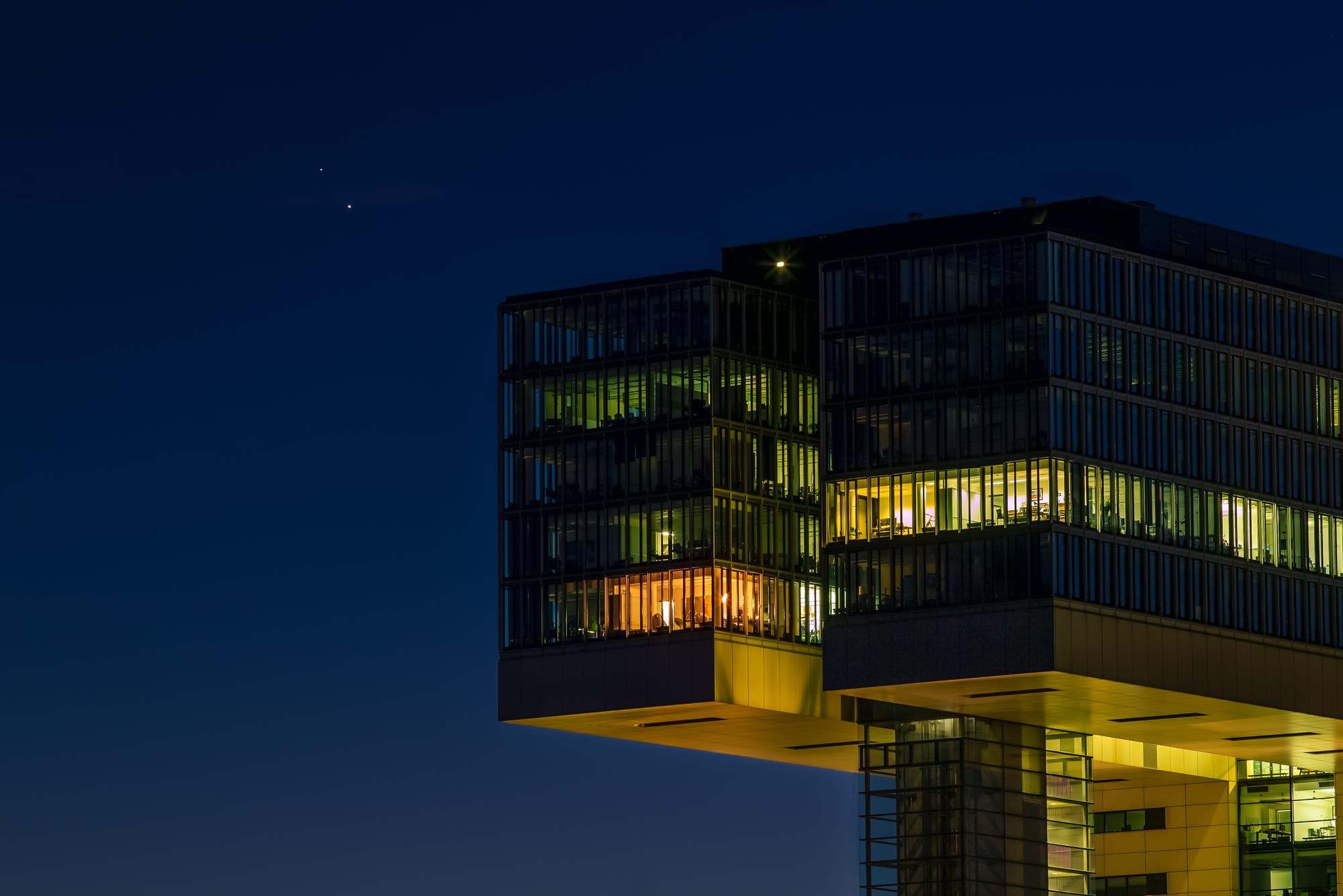Kranhäuser in Köln mit Planeten