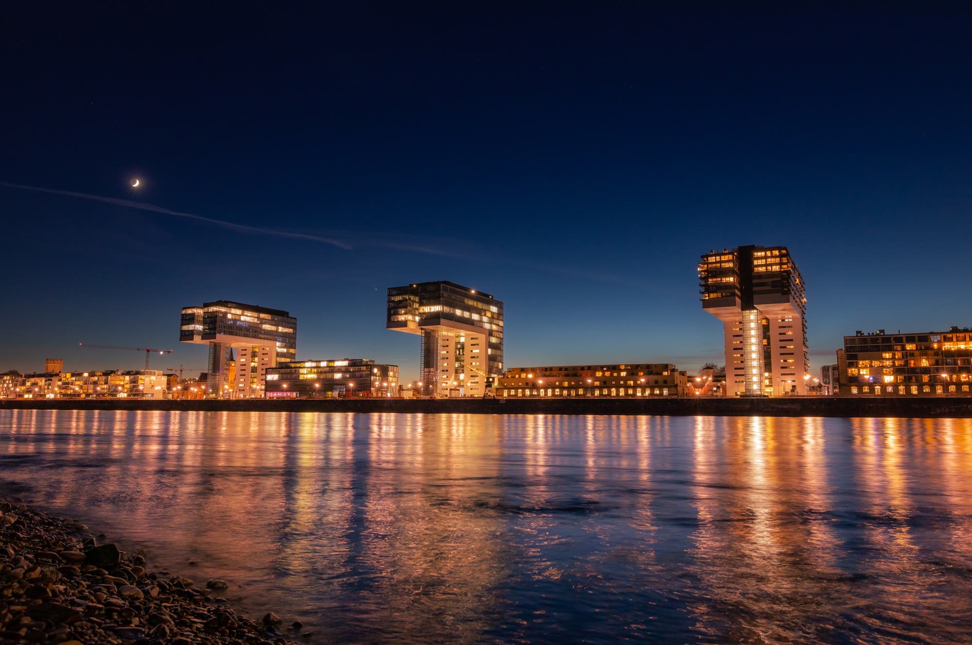 Kranhäuser in Köln mit Planeten und Mond