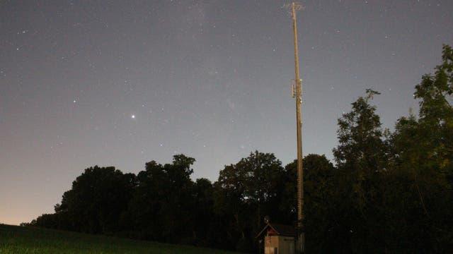 Jupiter und Saturn neben dem Antennenträger des Senders Biberach