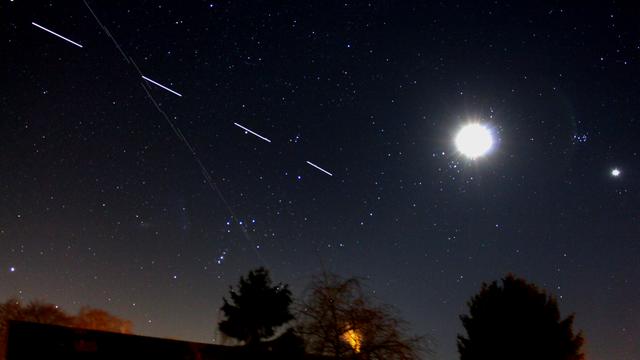 ISS kreuzt Starlink-Trail