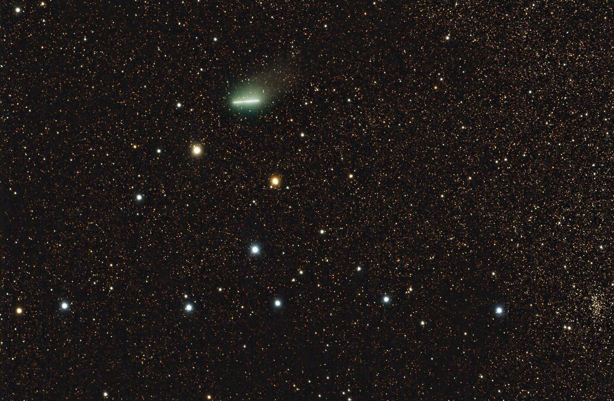 Komet Garradd beim Kleiderbügelhaufen