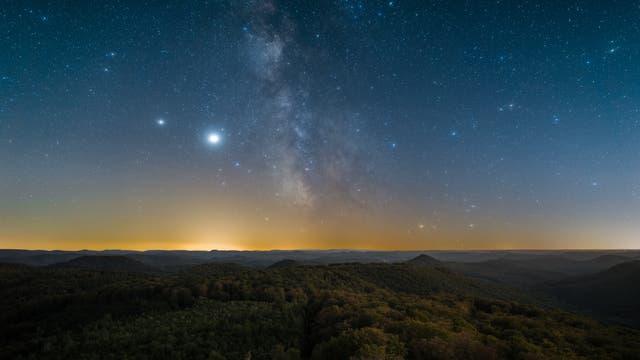 Milchstraße, Jupiter und Saturn über dem Pfälzerwald
