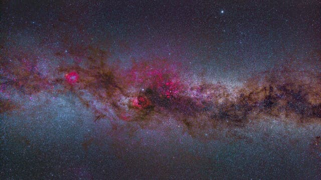 Farbenfrohe Version der Milchstraße über der Wasserkuppe