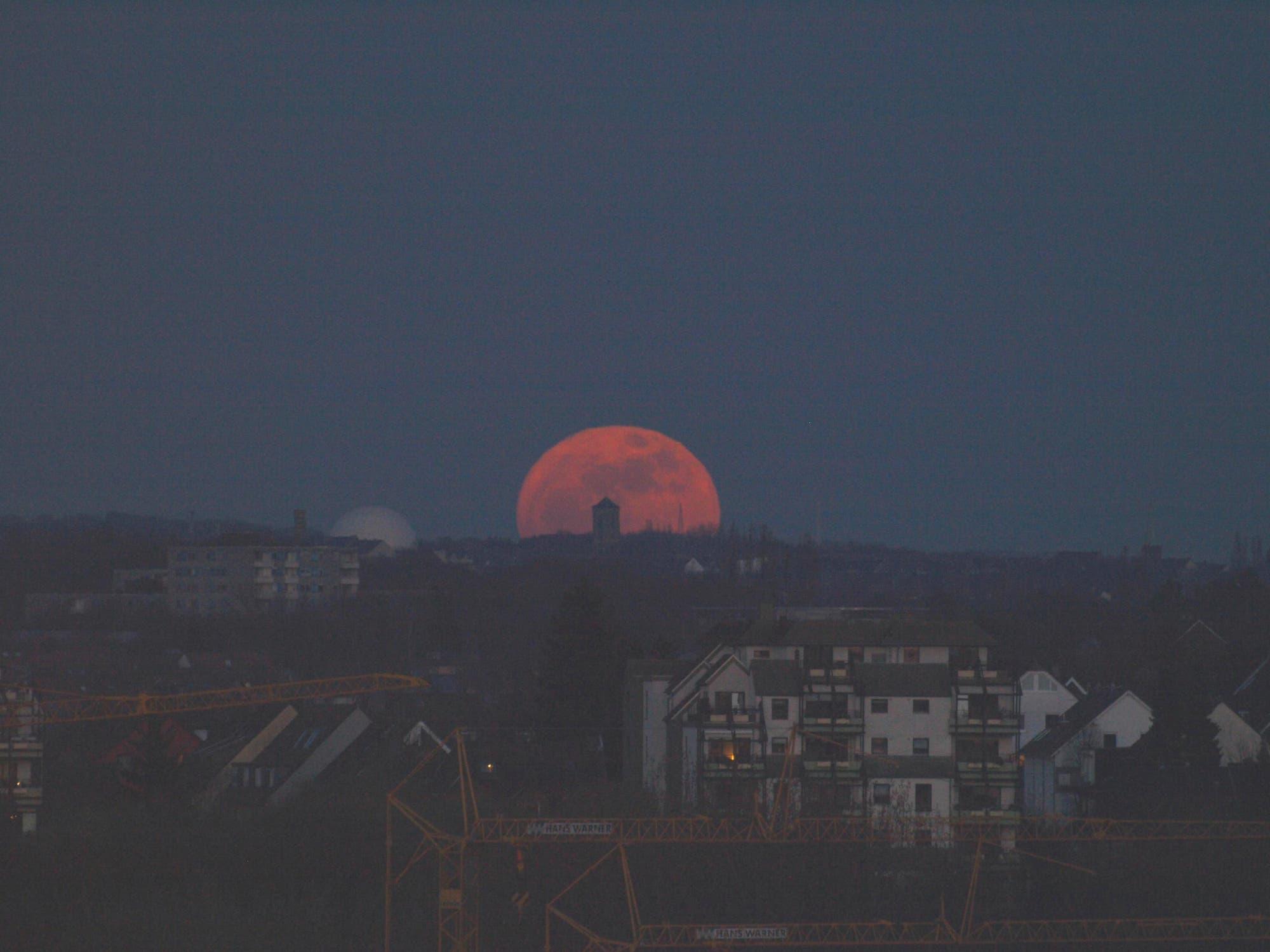 Mond in größter Erdnähe mit Planetarium