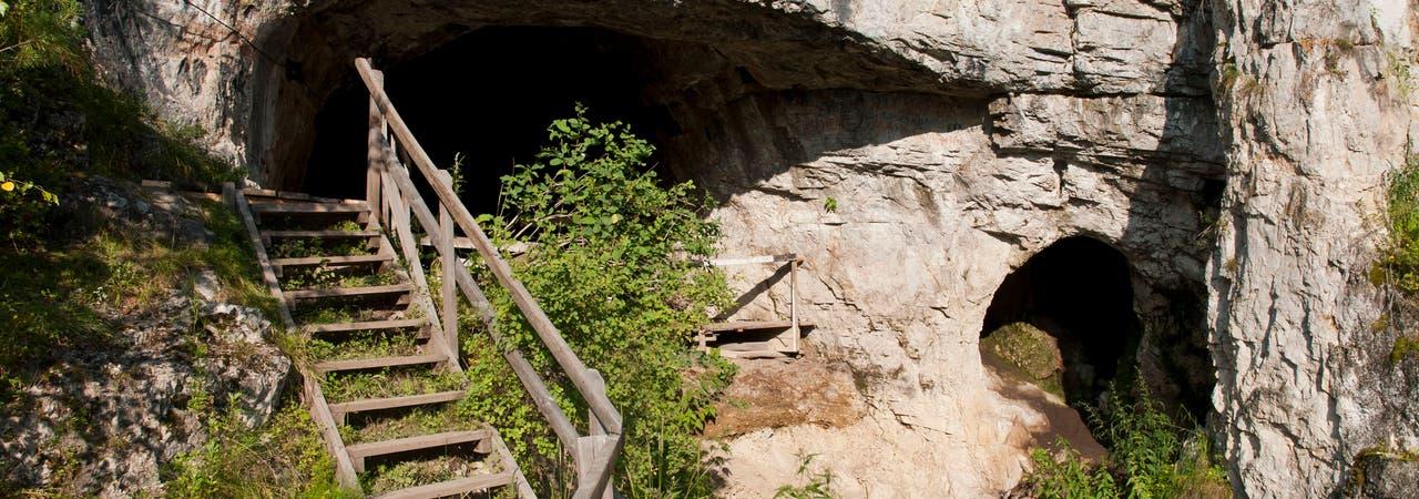 Blick auf den Eingang zur Denisova-Höhle im russischen Altai-Gebirge