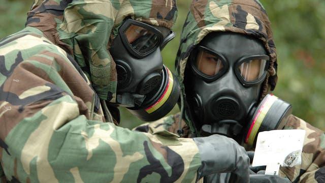 Soldaten in ABC-Ausrüstung